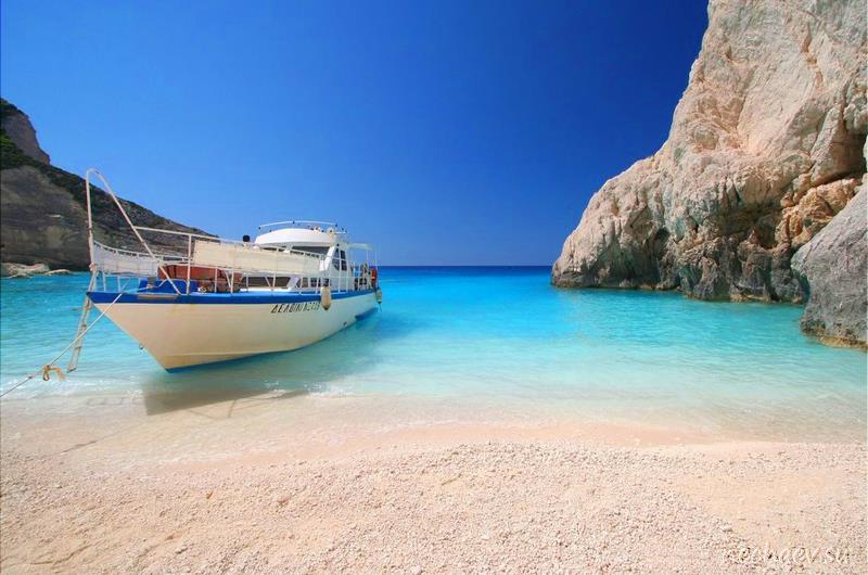 Бухта с яхтой на Крите