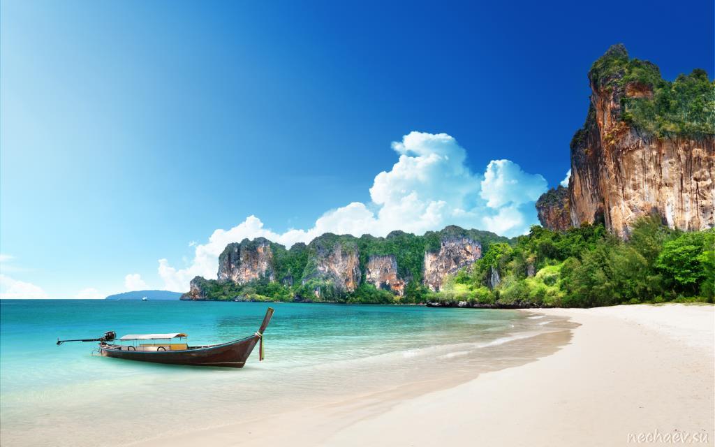 Лодка на пляже в Таиланде