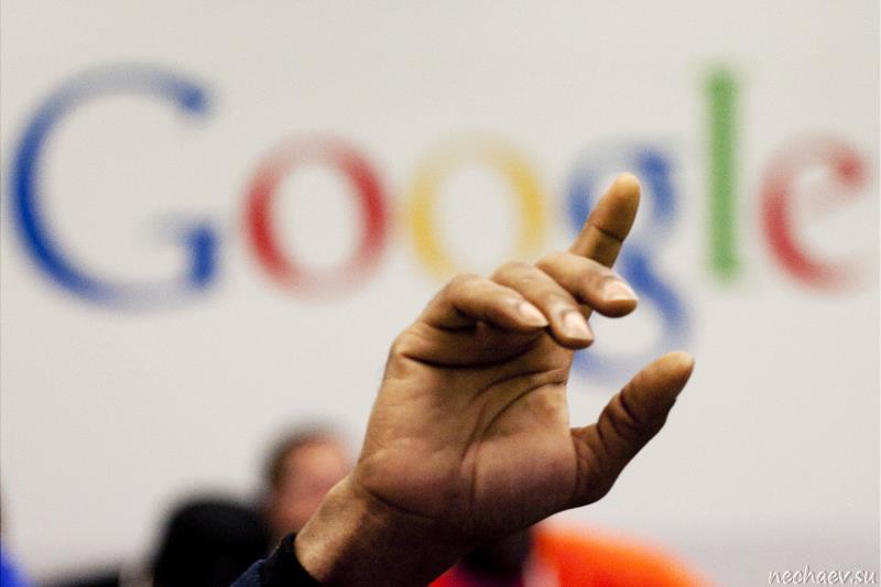 Кисть руки и лого Google