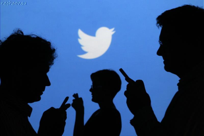 Логотип Твиттера и силуэты людей