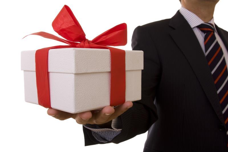 Коробка с подарком на ладони