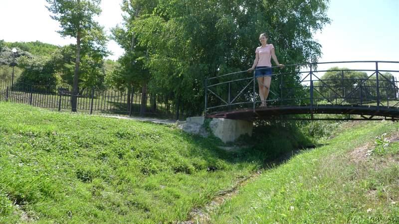 Девушка над ручьём
